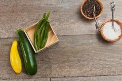 Nytt valt, moget, rått, grönsaker och wood bunkar av havet salta, och ny peppar konserverar Arkivbilder