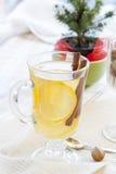 Nytt varmt grönt te i den glass koppen med citronen och kanel, chokladkakor i korg och muttrar och kanel Royaltyfri Fotografi