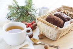 Nytt varmt grönt te i den vita koppen med chokladkakor Royaltyfri Foto