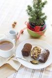 Nytt varmt grönt te i den vita koppen med chokladkakor Royaltyfria Foton