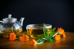 Nytt varmt te med calendulaen Arkivbild