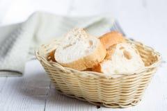 Nytt vitt bröd i en korg royaltyfri foto