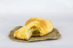 Nytt vresigt bröd på vit isolerad bakgrund Arkivbild