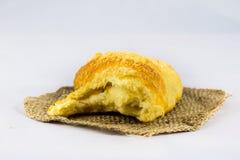 Nytt vresigt bröd på vit isolerad bakgrund Arkivfoto