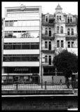 Nytt vs gamla hus Fotografering för Bildbyråer