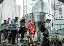 Nytt Yorkers sett gå ner en glass trappuppgång på en detaljistsegerCentral Park, NYC arkivbild