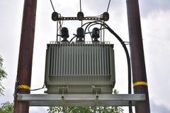 Nytto- pol med elektricitetstransformatorn Arkivfoto