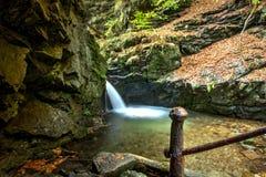 Nyznerovske-Wasserfälle mit altem rostigem Geländer Stockbilder