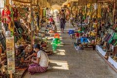 NZAUNG-U MYANMAR - gatamarknad Arkivbilder