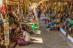 NZAUNG-U, MYANMAR - Straßenmarkt Stockbilder