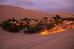 Oásis de Huacachina na noite, região do AIC, Peru foto de stock royalty free