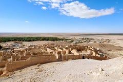 Oásis no deserto de Sahara ao lado do pagamento arruinado, Chebika, Tunísia Imagem de Stock
