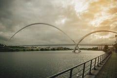 Oändlighetsbro på mörk himmel med molnet på Stockton-på-utslagsplatser, UK royaltyfria bilder