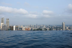 Oändlighetspöl över Singapore Arkivbild