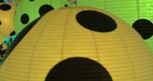 Oändlighetsspegelrum med färgrika prickiga bollar av Yayoi Kusama lager videofilmer