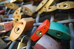 Ośniedziała i kolorowa miłość kędziorków ściana, selekcyjna ostrość zdjęcie stock