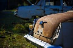 Ośniedziały, spalony samochód bez taillights na drodze w górach, obraz royalty free