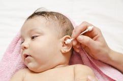 Oído del bebé de la limpieza Imagen de archivo