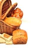 Oído del pan fresco y del trigo en la cesta Fotografía de archivo libre de regalías