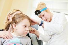 Oído, nariz, examen de la garganta Doctor ENT con un niño y un endoscopio otorrinolaringología Foto de archivo libre de regalías