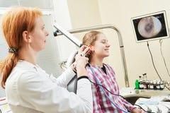 Oído, nariz, examen de la garganta Doctor ENT con un paciente y un endoscopio del niño Fotos de archivo