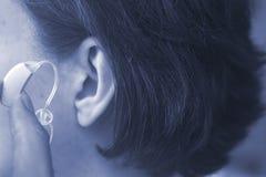 Oído sordo del audífono de la mujer imágenes de archivo libres de regalías