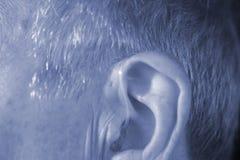 Oído sordo del audífono del hombre fotos de archivo