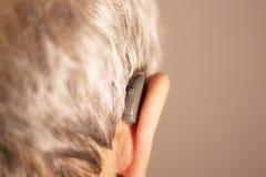Oído sordo del audífono del hombre foto de archivo