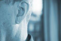 Oído sordo del audífono del hombre foto de archivo libre de regalías