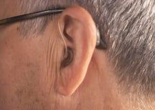 Oído sordo del audífono del hombre imagenes de archivo