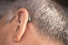 Oído sordo del audífono del hombre imágenes de archivo libres de regalías