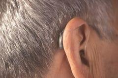Oído sordo del audífono del hombre fotografía de archivo