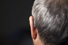 Oído sordo del audífono del hombre fotos de archivo libres de regalías