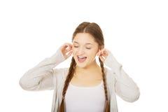 Oídos adolescentes de la cubierta de la mujer con los fingeres Fotos de archivo