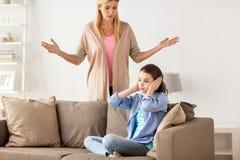 Oídos cerrados de la muchacha para no oír a la madre enojada en casa Imagenes de archivo