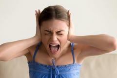 Oídos cerrados de la mujer deprimida y griterío Foto de archivo libre de regalías