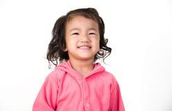 Oídos cerrados del niño pequeño con sus manos, aisladas fotos de archivo libres de regalías