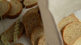 Oídos cortados del pan y del trigo de centeno que abrigan un paño de lino para no calloso almacen de metraje de vídeo