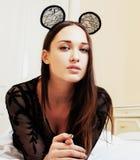 Oídos de ratón del encaje sexy de la mujer que llevan morena bonita joven, poniendo Imágenes de archivo libres de regalías