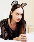 Oídos de ratón del encaje sexy de la mujer que llevan morena bonita joven, poniendo Imagenes de archivo