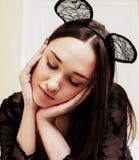 Oídos de ratón del encaje sexy de la mujer que llevan morena bonita joven, poniendo Fotos de archivo libres de regalías