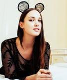 Oídos de ratón del encaje sexy de la mujer que llevan morena bonita joven, poniendo Foto de archivo libre de regalías