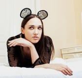Oídos de ratón del encaje sexy de la mujer que llevan morena bonita joven, poniendo el sueño que espera en cierre de la cama para Fotos de archivo libres de regalías