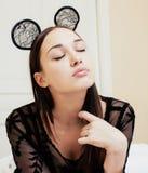 Oídos de ratón del encaje sexy de la mujer que llevan morena bonita joven, poniendo el sueño que espera en cierre de la cama para Fotografía de archivo libre de regalías
