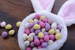 Oídos del conejito de pascua con los huevos de caramelo Imagen de archivo libre de regalías