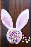Oídos del conejito de pascua con los huevos de caramelo Imagen de archivo