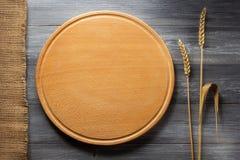 Oídos del trigo y del paño en la madera Foto de archivo