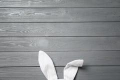 Oídos divertidos del conejito de pascua en el fondo de madera, visión superior foto de archivo libre de regalías