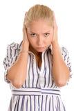 Oídos enojados de la cubierta de la mujer Foto de archivo