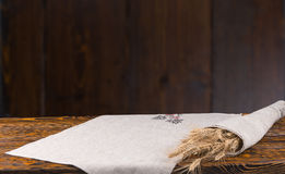 Oídos frescos del trigo maduro en una tabla rústica Imágenes de archivo libres de regalías